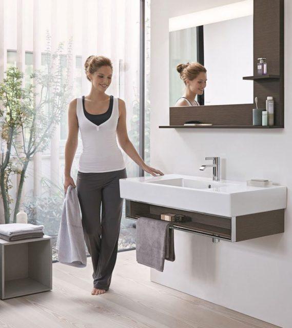 Kvinne vasker badet